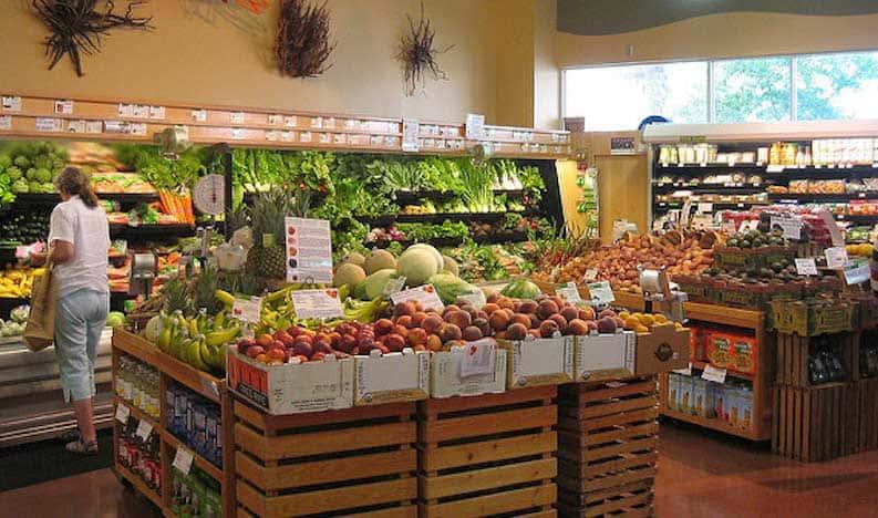 Exhibición de alimentos saludables en la tienda