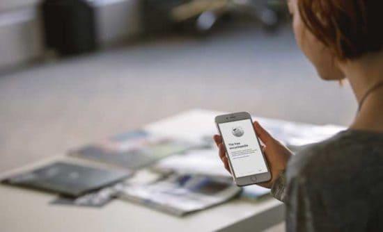mujer mirando la aplicación móvil de Wikipedia