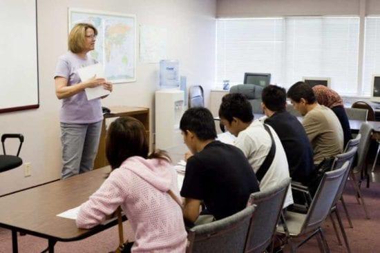 maestra frente a la clase de educación de adultos