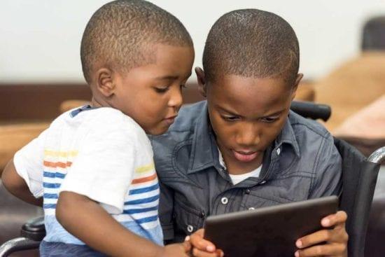 muchachos con dispositivo móvil