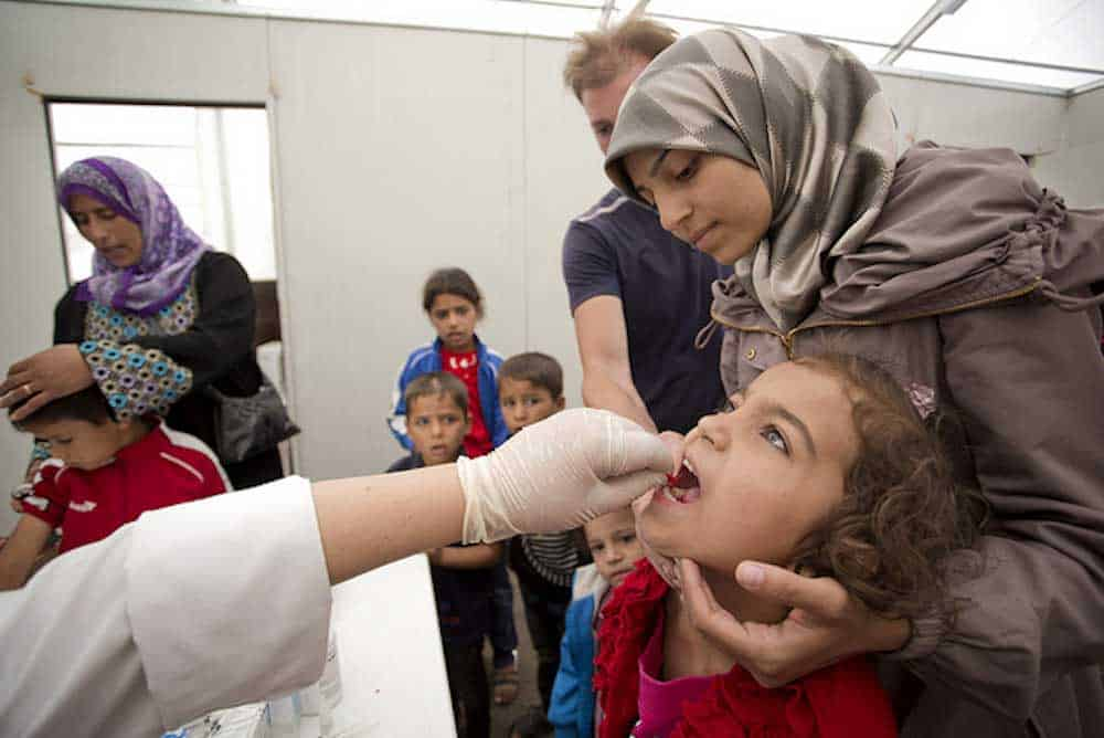 الأطفال والآباء والأمهات في العيادة الصحية