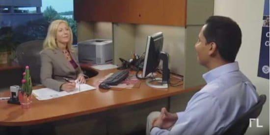 mujer entrevista a hombre en prueba de ciudadanía