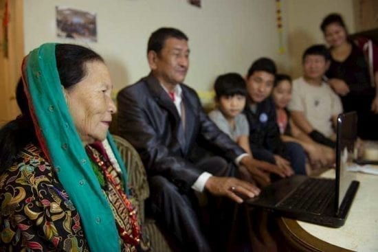 gia đình nhìn vào máy tính xách tay