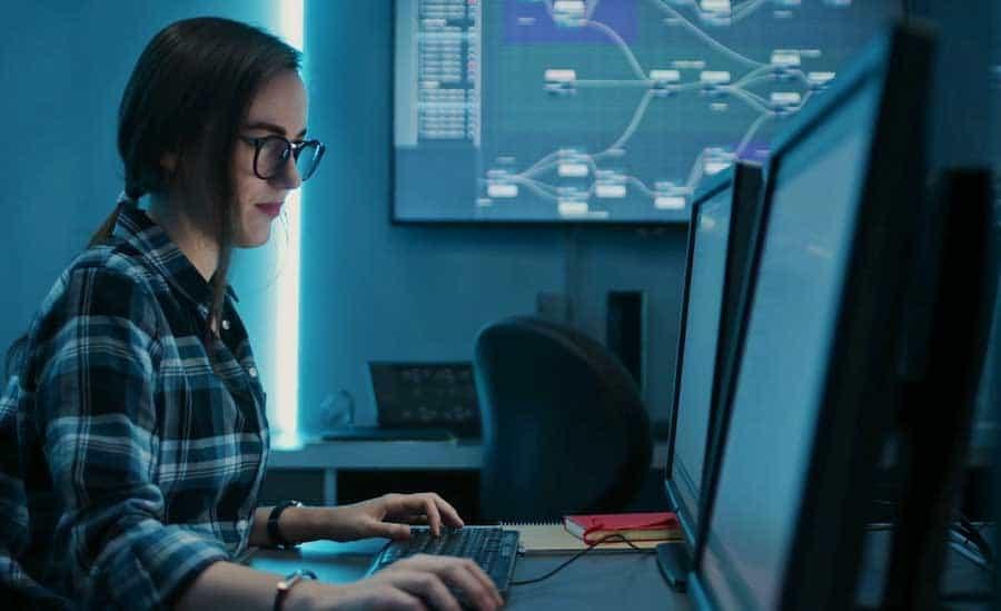 trabajadora de tecnología informática trabajando en equipo