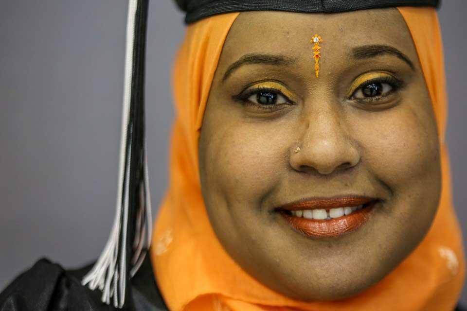 graduado femenino vistiendo hijab naranja