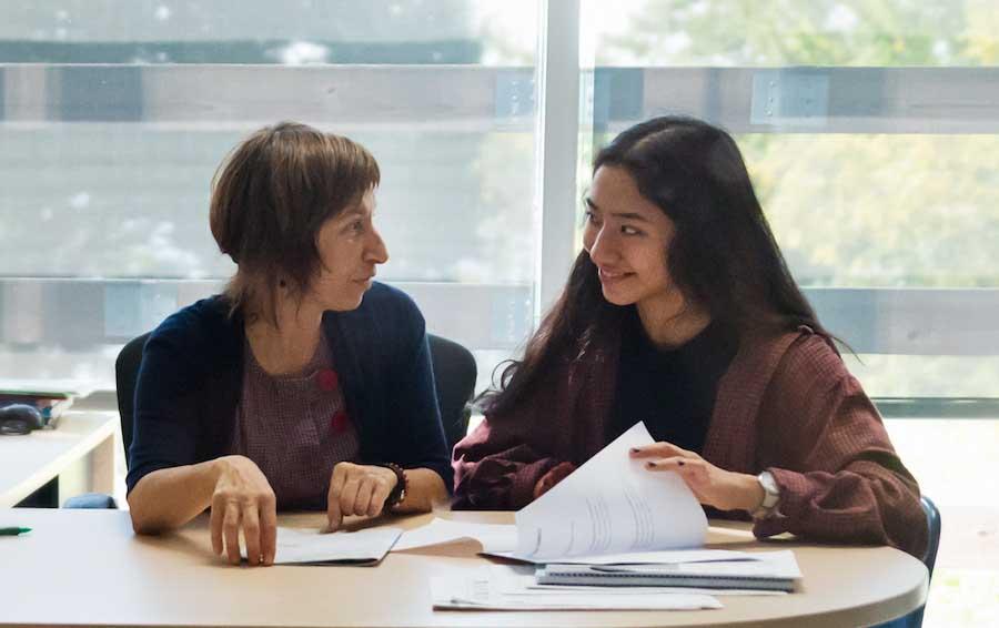 امرأة شابة تتحدث إلى مستشار