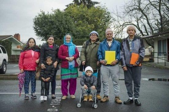 grupo de inmigrantes alineados en la calle