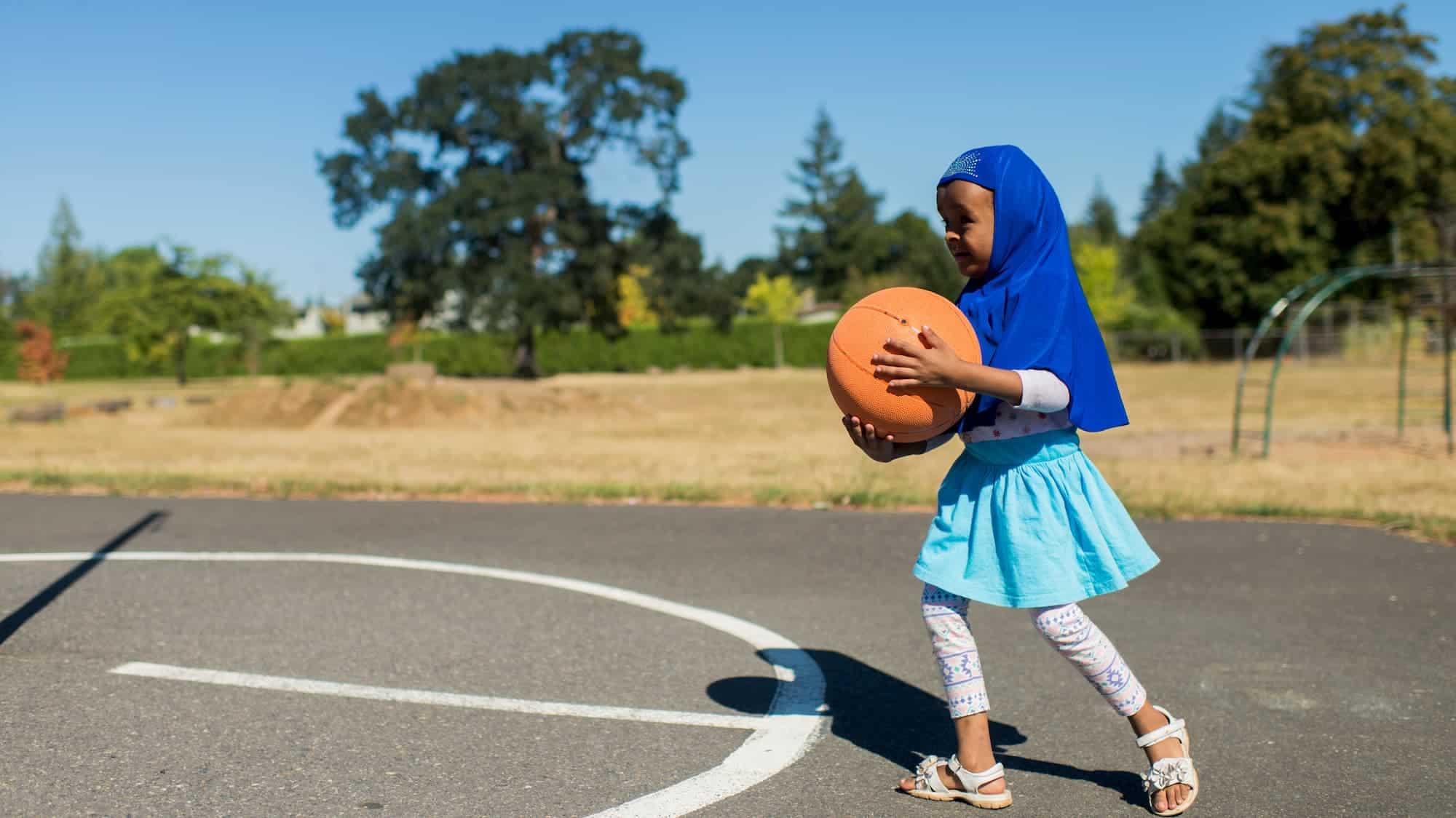 petite fille avec basket-ball
