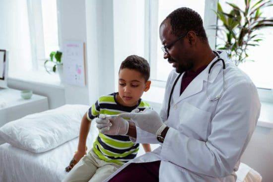 Nam bác sĩ với cậu bé
