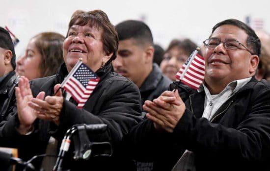 رجل وامرأة مع الأعلام يصفقون، صورة مجاملة من ويل ليستر