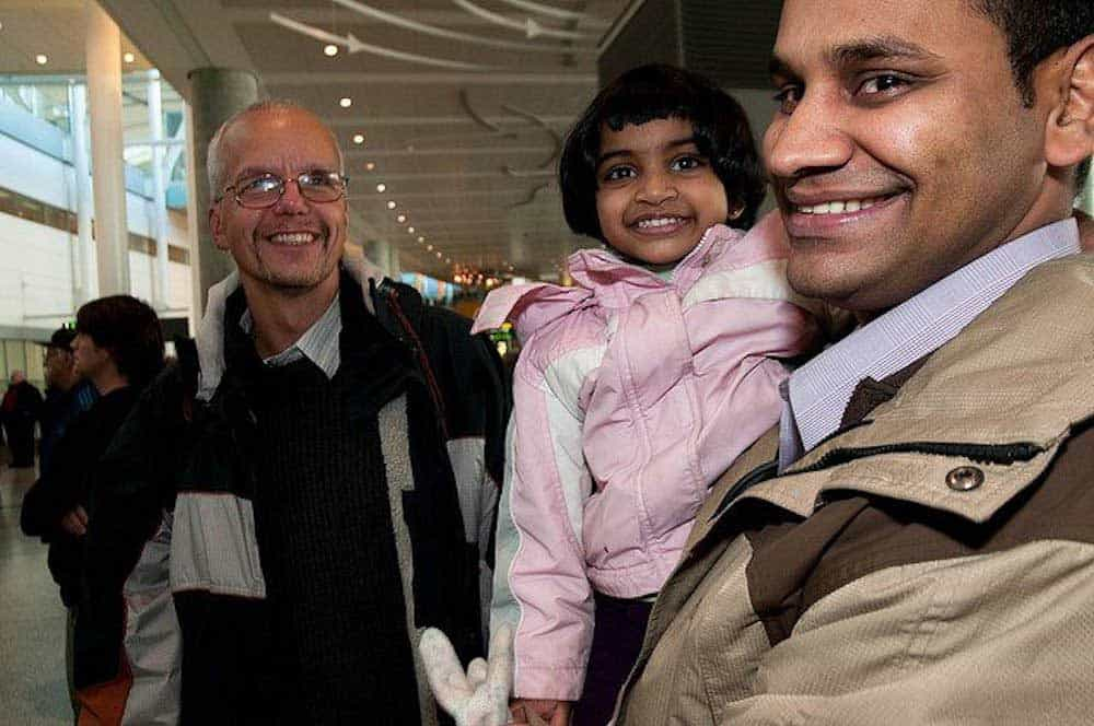 一位男士抱着小孩在机场