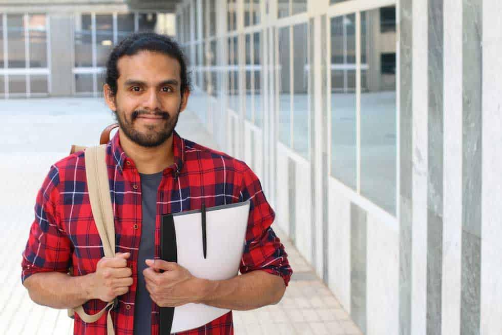hombre de camisa a cuadros en el campus
