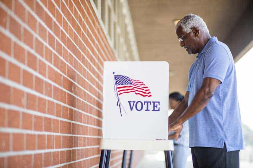 رجل يصوت في كشك اقتراع