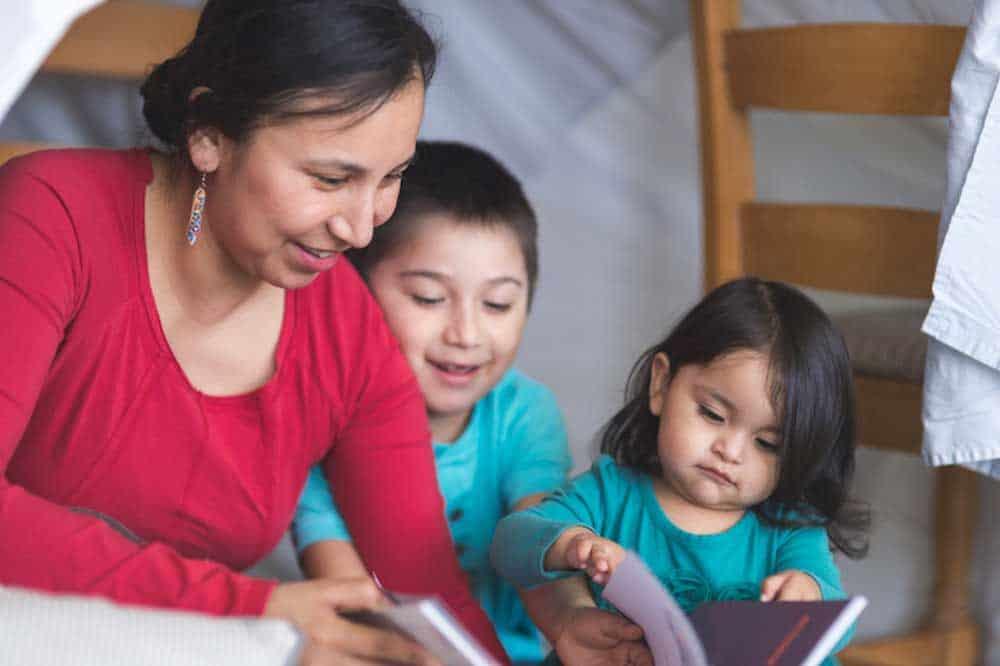 madre leyendo con niños pequeños