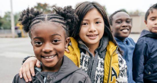 jóvenes amigos fuera de la escuela