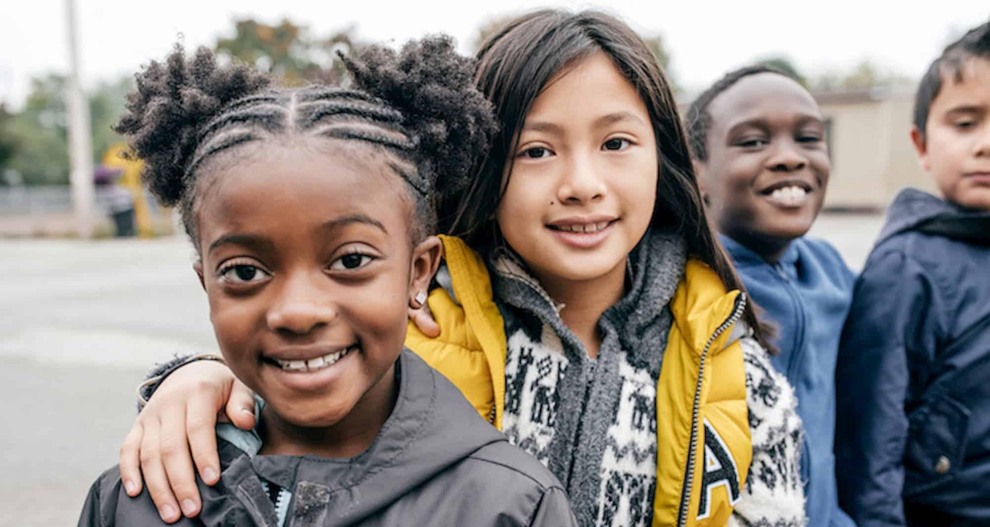 jeunes amis d'école en dehors de l'école