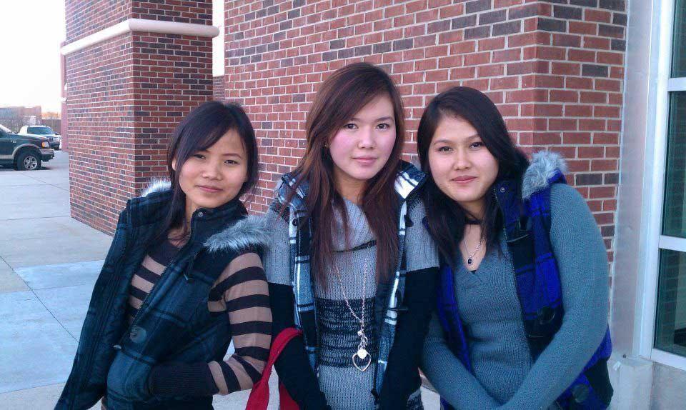 tres chicas de secundaria fuera de la escuela