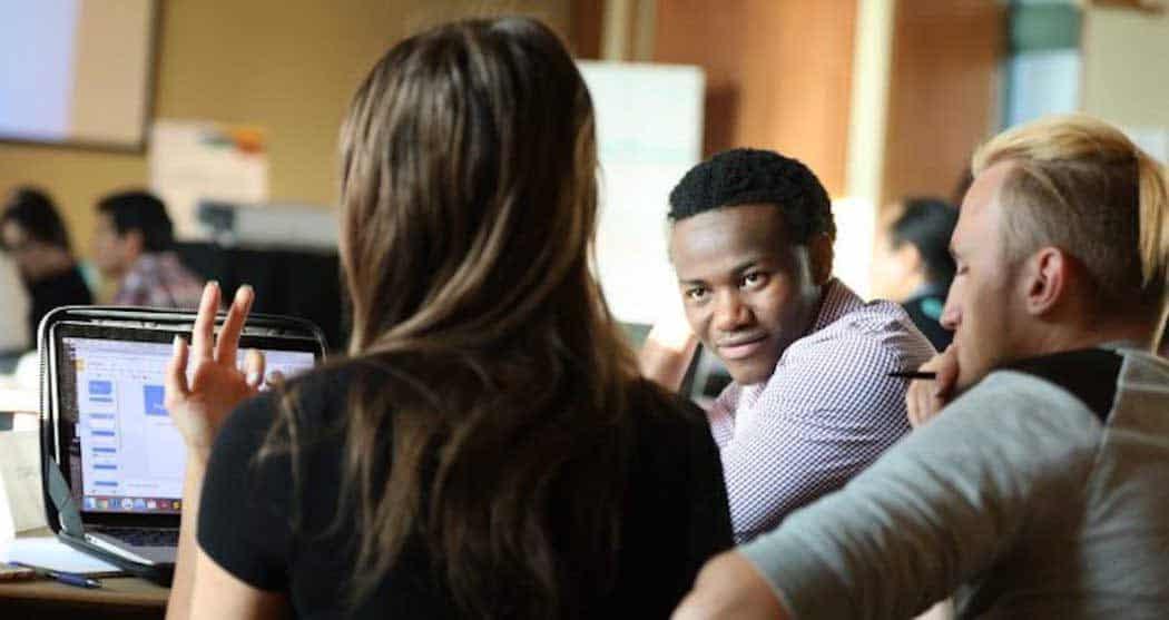Wilson Kubwayo con otros jóvenes en el aula
