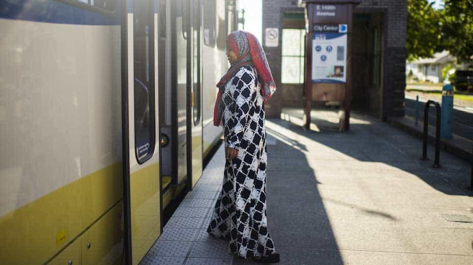 Femme à bord d'un train de la ville