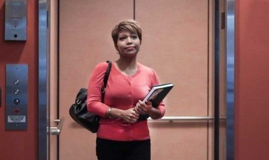 mujer en puerta de ascensor