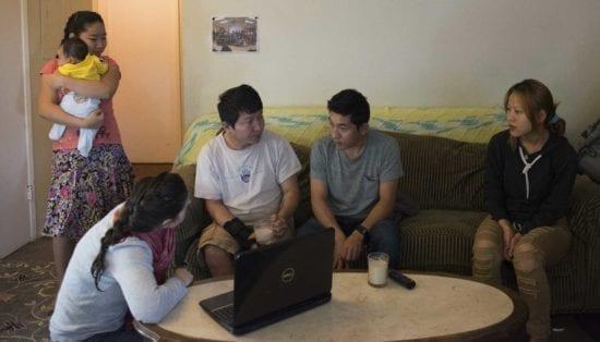 oven grupo familiar hablando en casa