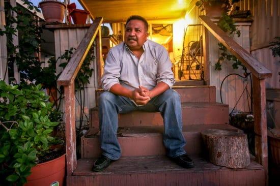 مردی که روی پله نشسته است