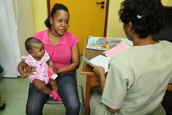 madre y bebé en clínica