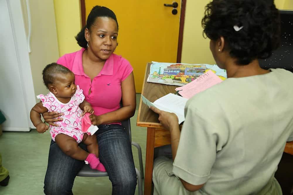 أم و طفل في العيادة